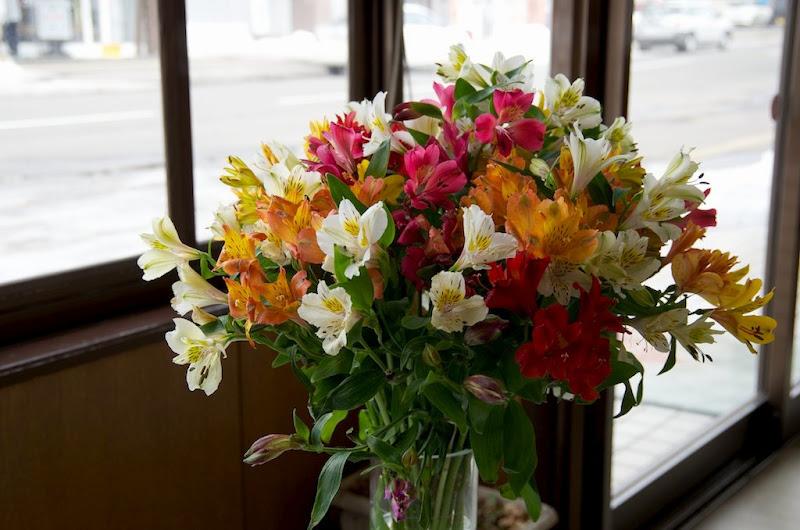 高橋商事本店を飾る花