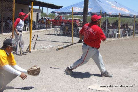 Gerardo Escamilla de Los H de Vallecillo en el softbol del Club Sertoma