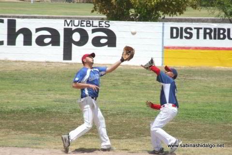Rodrigo Chapa y Daniel Villarreal de Tigres en el softbol dominical