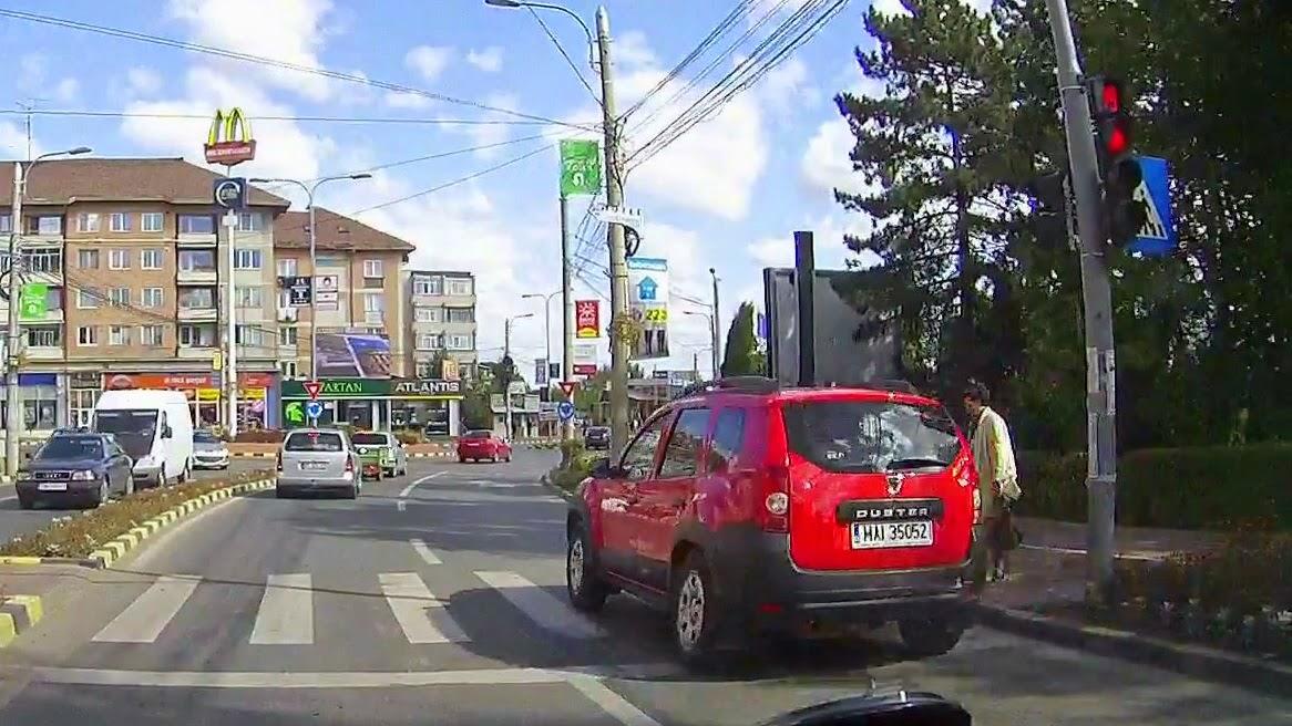 Duster al Ministerului de Interne trece pe culoarea roșie la semafor și aproape agață doi pietoni