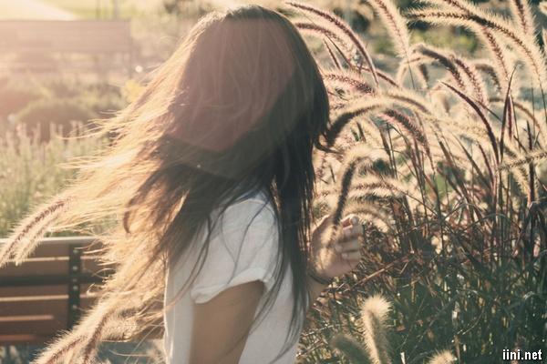 ảnh cô gái quay lưng với tâm trạng buồn