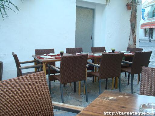 una de las mesas de la terraza del MaduBar Fusion, en Estepona (Málaga)