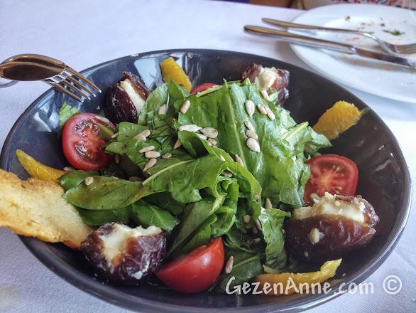 Kapadokya'da Ürgüp'teki Muti Restoran'da keçi peynirli hurmalı kuzu kulağı salatası
