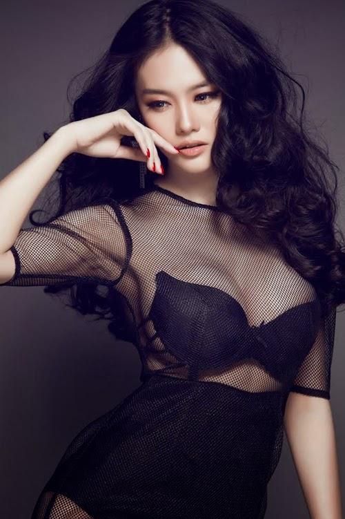 Linh Chi mặc đồ xuyên thấu làm mẫu ảnh