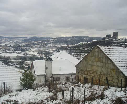 Neve volta a cortar estradas do norte do distrito de Viseu