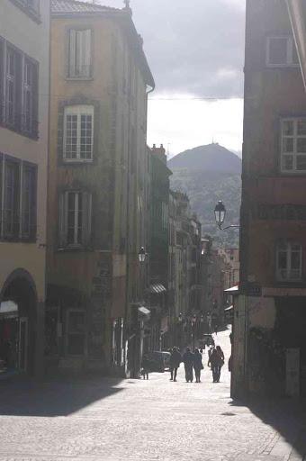 La rue Saint-Dominique en perspective sur le puy de Dôme