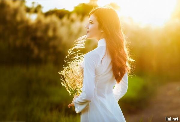 cô gái xinh đẹp trong nắng vàng
