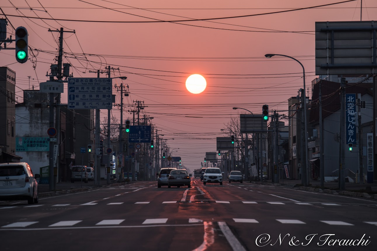 街中に現れた巨大な夕陽