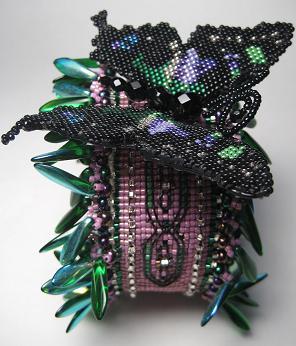Широкий бисерный браслет на жесткой основе с бабочкой, автор Эрин Симонетти (Eryn Simonetti)