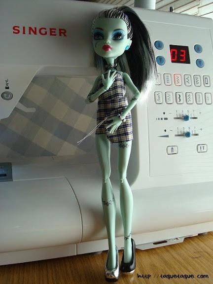 Mi primera Monster High: la Frankie Dawn of the Dance, junto a mi querida máquina de coser