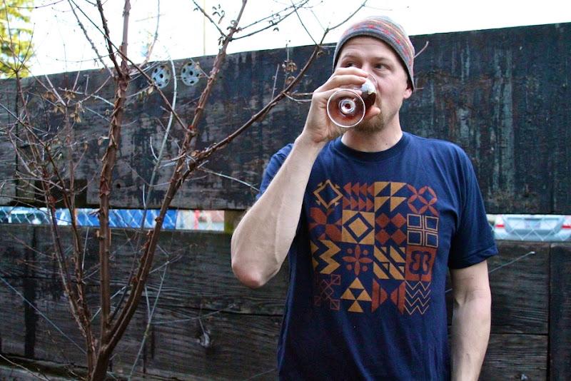 Grimme drinks beer in Gridhaus Tee