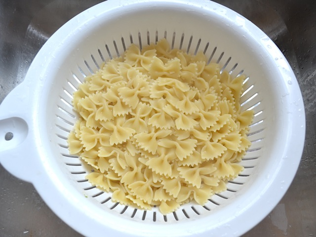 pasta in strainer to drain water