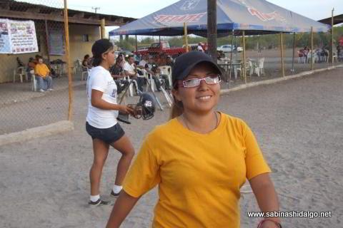 Lupita Michael anotando por Chicas Sertoma en el softbol femenil