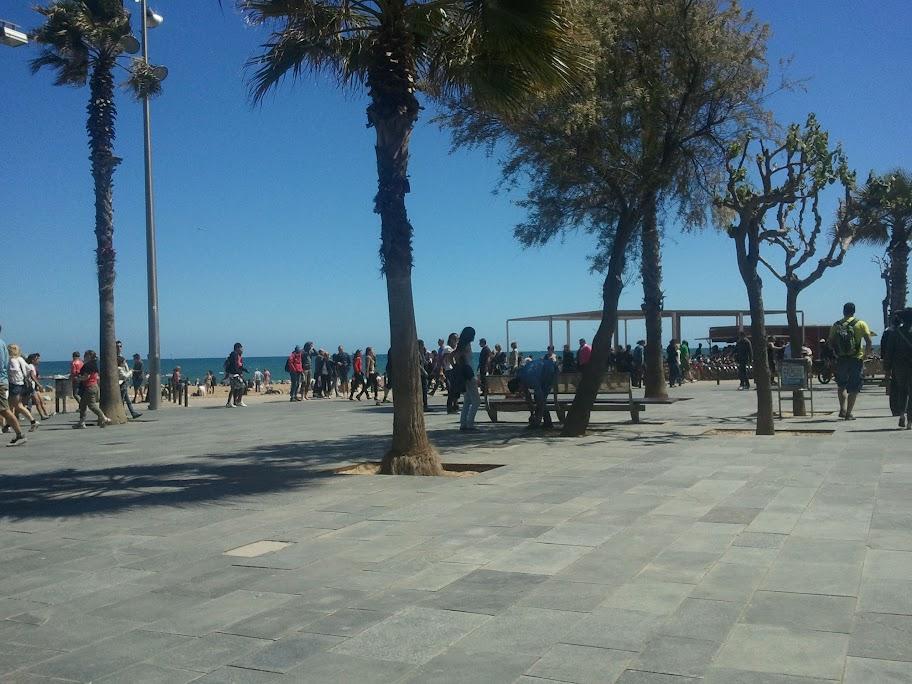 Längs strandpromenaden, soligt men lite blåsigt väder