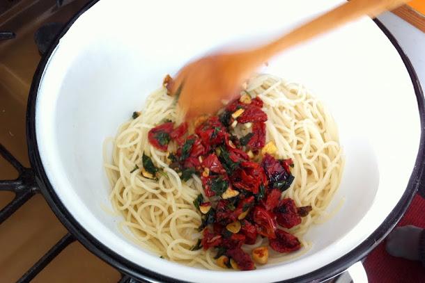 Razvan Anton spaghetti spaghete paste rosii uscate in ulei busuioc usturoi
