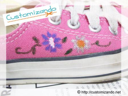 Customização de All Star cor de rosa com flores