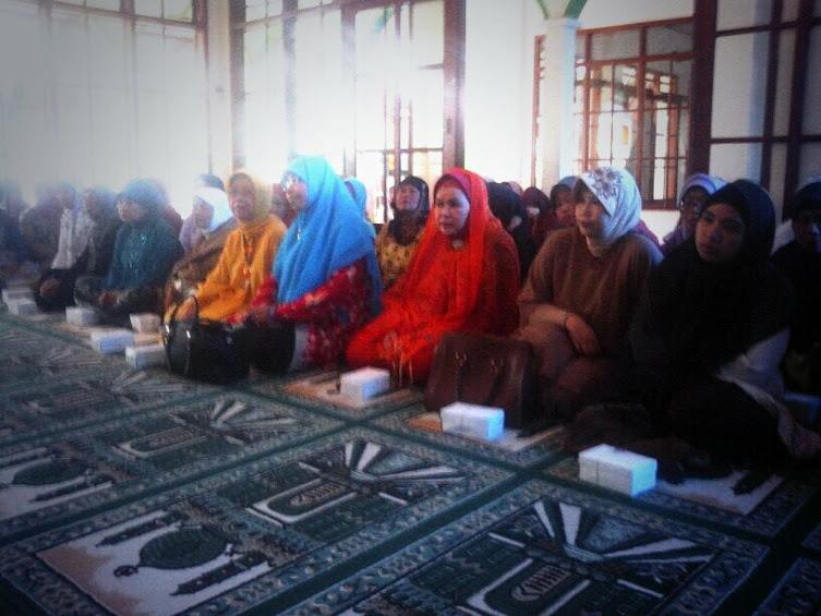 Ibu Siti Muntamah di pengajian tokoh Masjid At Taufiq Sekeloa