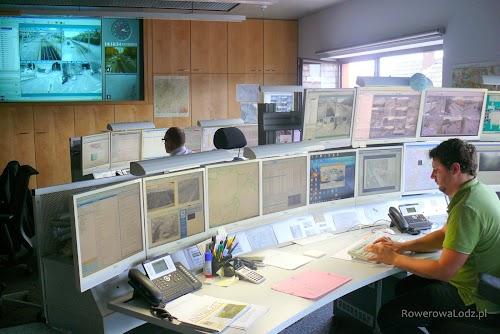 Centrum sterowania ruchem w Stuttgarcie. W jednym pomieszczeniu siedzą dyspozytorzy komunikacji publicznej, policji, zarządzania kryzysowego i stuttgarckiego ZDiT.