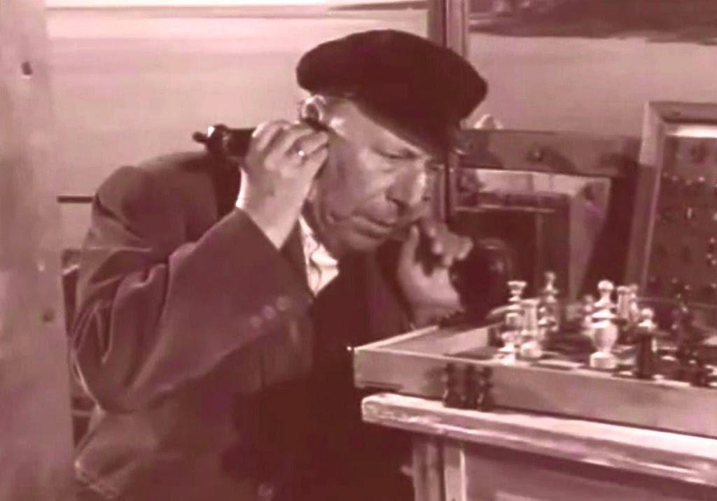 Don Ramón, el farero de Calabuch, en plena partida de ajedrez telefónica con el cura don Félix.