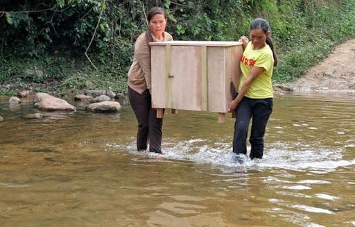 Món quà đầu năm của Chị hội Phụ nữ khóm Ka Tăng dành cho Tuân - là một cái tủ gỗ để đựng gia vị, thức ăn.