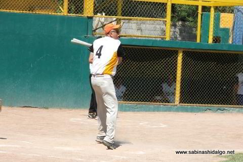 Benjamín Chapa bateando por Hipertensos en el torneo de softbol de veteranos