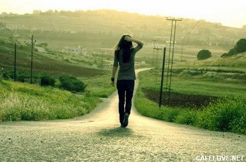 Hình ảnh cô gái đi lang thang vì mới thất tình