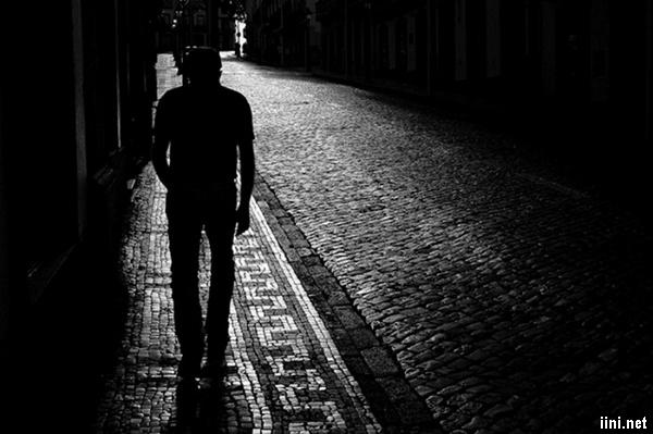 ảnh lẻ loi trên con đường khuya