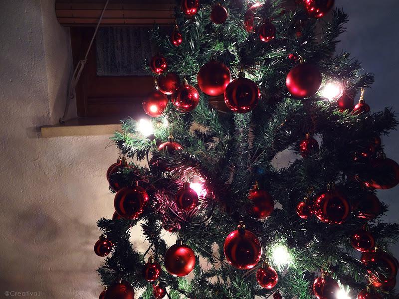 árbol de navidad, bolas rojas, bolas de navidad, noche, iluminación navideña, luces de navidad, patio, navidad