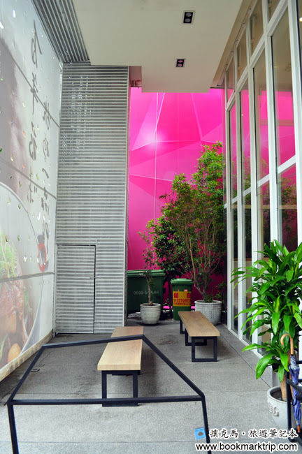 八月江南燒餐廳門口外的等候區