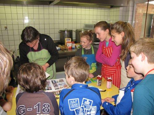 Goedele legt kort uit hoe de kinderen een beslag gaan klaarmaken en hoe ze dat later kunnen versieren.