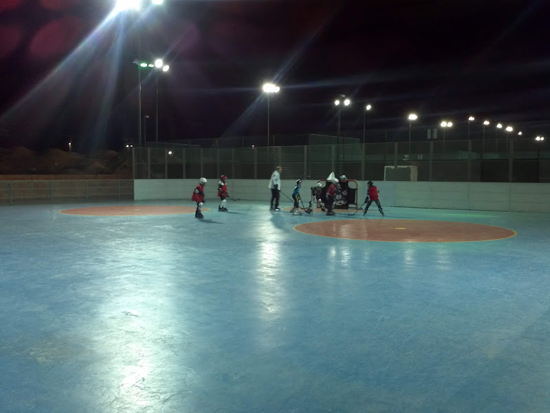Kids playing roller hockey in Netanya