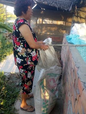 Phân dơi được thu gom và lưu trữ nơi khô ráo thoáng mát.