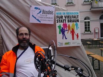 Kai Schürmann vor Plakat: »Wir in Remagen für Vielfalt statt Braun«.