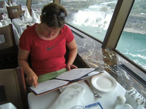Miri mit Menükarte auf dem Skylon-Tower an den Niagara-Fällen
