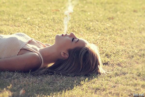 ảnh cô gái buồn hút thuốc