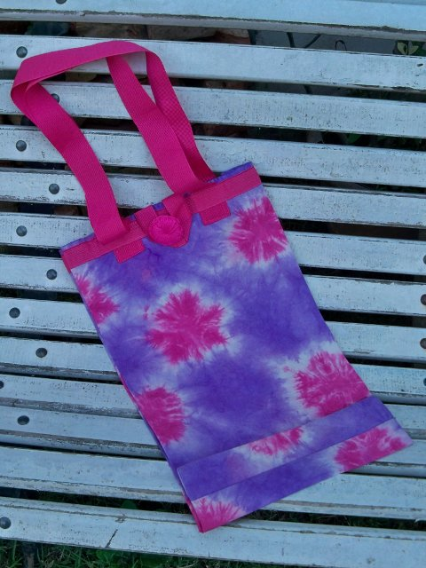 Bolso violeta y rosa, frente