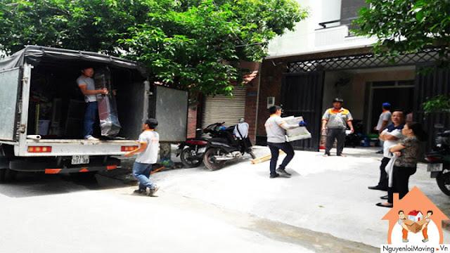 Một khách hàng đang giám sát công việc chuyển nhà trọn gói