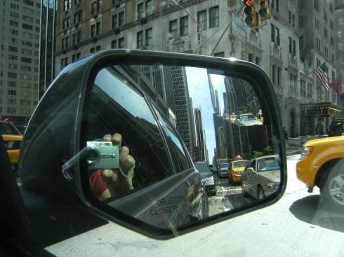 Manhattan und Fujifilm Finepix F480 Digitalkamera im Rückspiegel des Ford Escape, New York; USA