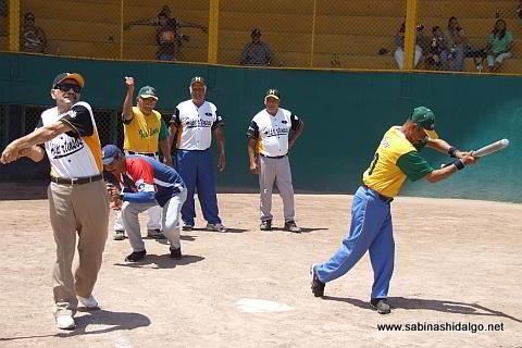 Edelmiro Cárdenas y Luz Mario Román en inauguración de torneo de softbol de veteranos