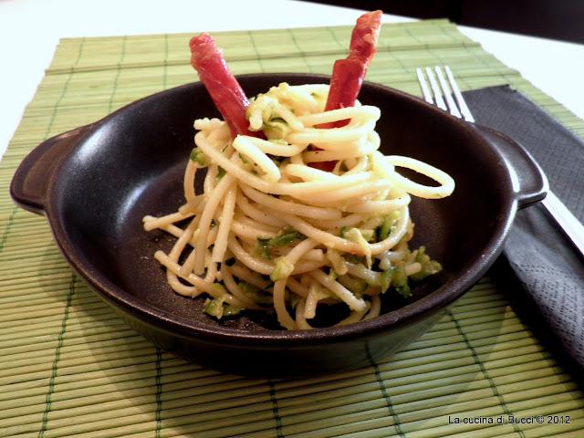 Spaghetti al latte di cocco con julienne zucchine