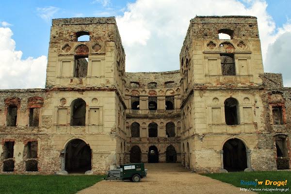 Zamek Krzyżtopór w Ujeździe - dziedziniec zamku
