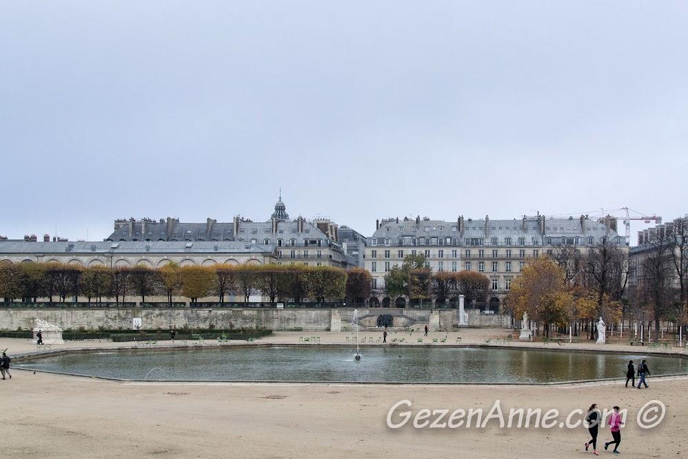 Tuileries parkında koşanlar, Paris