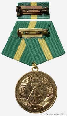 220b Medaille für treue Dienste in der Zollverwaltung der Deutsche Demokratische Republik in Gold für 15 Jahre www.ddrmedailles.nl