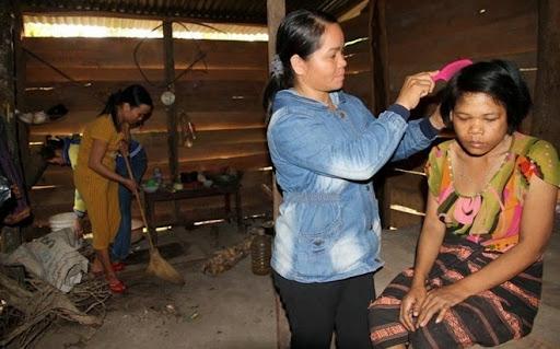 Mái tóc của Tuân khi có bàn tay chăm sóc của chị Phạm Thị Lan - Chi hội phó Hội phụ nữ thị trấn Ka Tăng, bây giờ đã thời trang hơn nhiều. Trước đó, khi gặp Tuân trong rừng, 3 người phụ nữ ở bản Ka Tăng mất mấy giờ đồng hồ để gỡ, cắt, gội đầu tóc xồm xoàm của