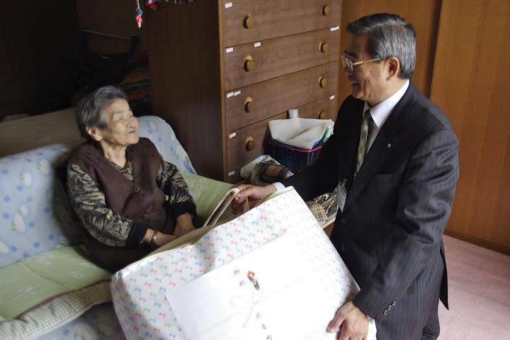 松田たけをさん(100歳)と佐野豊町長(60歳)