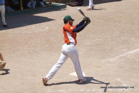 Iván Buentello bateando en el softbol dominical