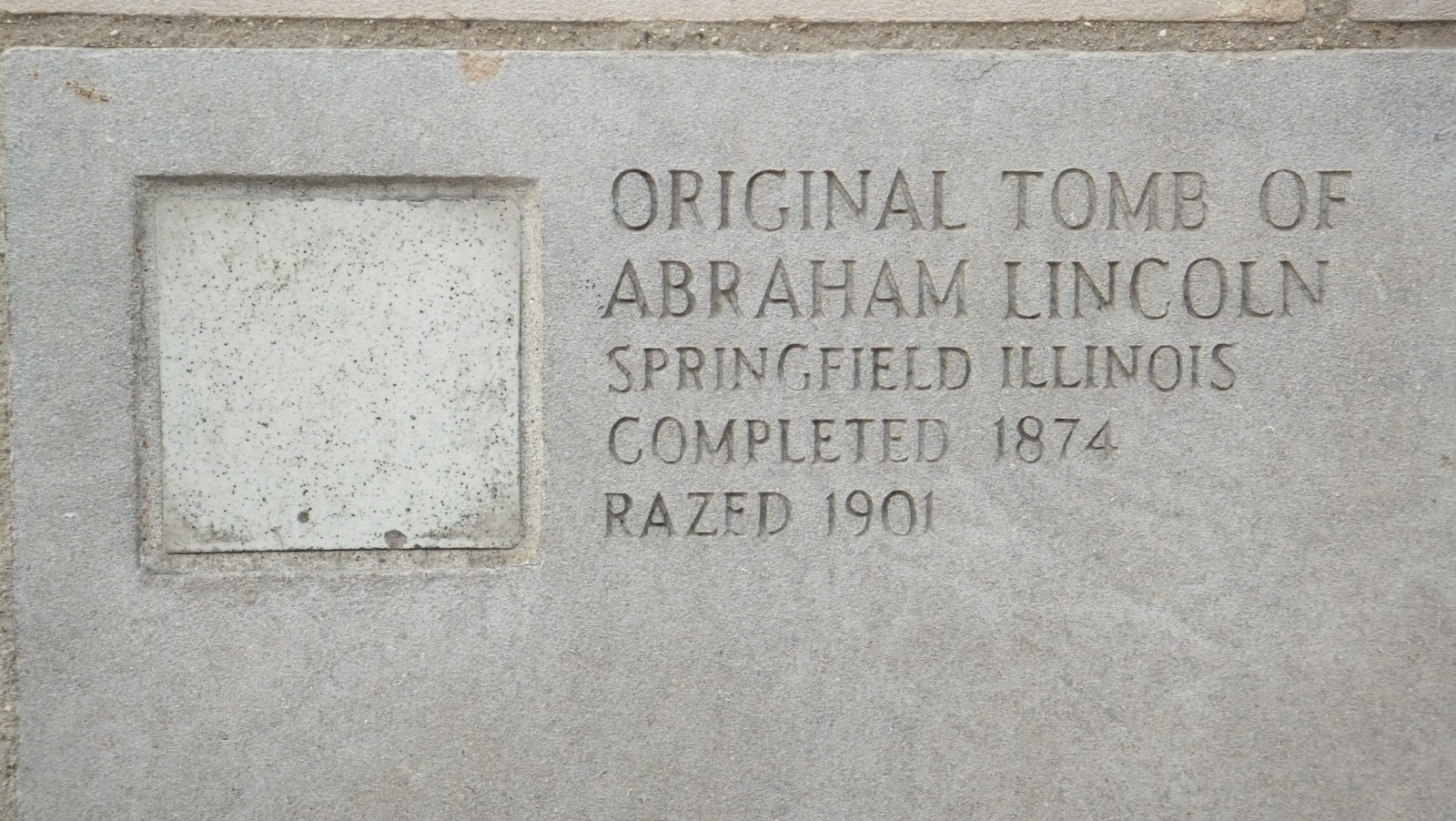 Tomb of Abraham Lincoln, Muro del Chicago Tribune