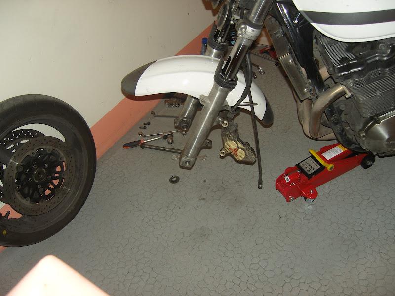 Changer les disques de frein de son Inazuma 1200 et 750 6-Changer-disques-freins-moto-inazuma-gsx750-gsx1200-GSX-1200-750-fourche-roue-garde-boue-durite-etrier-cliquet-plaquettes-retirer-axe-roue