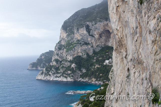 Capri adasının dik kayalık yamaçları