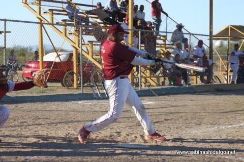 Rogelio Cárdenas bateando por Maypa Trucking en el softbol sabatino